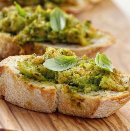 Mini zapiekanki z pastą brokułową i serem cheddar