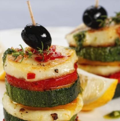 Wieżyczki z pieczonych warzyw, sera halloumi z dodatkiem pesto z rukoli