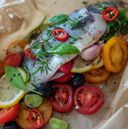 Aromatyczna ryba w papilotach z pomidorami i ziołami