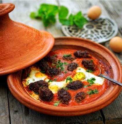 Marokańska kefta z jajkami w sosie pomidorowym
