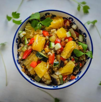 Sałatka na ciepło z kaszą, warzywami i cynamonem