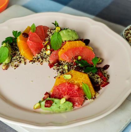 Superfoods. Quinoa z cytrusami, awokado i pistacjami